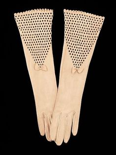 Gloves Freddy Date: Culture: French Medium: leather Dimensions: 14 in. cm) Credit Line: Brooklyn Museum Costume Collection. Madame Gres, Cuir Vintage, Vintage Gloves, Hand Gloves, Mitten Gloves, 1930s Fashion, Vintage Fashion, Vintage Accessories, Fashion Accessories