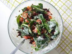 Sałatka z zasmażanym boczkiem, szpinakiem, pomidorkami i żurawiną
