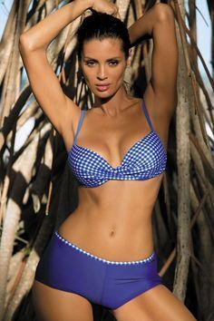 Kostium kąpielowy Peyton Royal Blue M-353 Delikatny wzór i ładna kolorystyka. Oto subtelny kostium kąpielowy z najnowszej kolekcji Lato 2016. Biustonosz posiada usztywniane miseczki z fiszbinami, które dobrze unoszą i przybliżają piersi ku sobie, tworząc