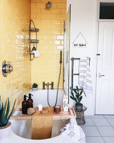 Gelbe Badezimmerfliesen machen diese Badewanne modern und unterhaltsam Yellow bathroom tiles make this bathtub modern and entertaining Yellow Bathroom Decor, Yellow Bathrooms, Bathroom Ideas, Yellow Home Decor, Interior Design Yellow, Bathroom Colors, Bathroom Inspiration, Rustic Bathrooms, Dream Bathrooms