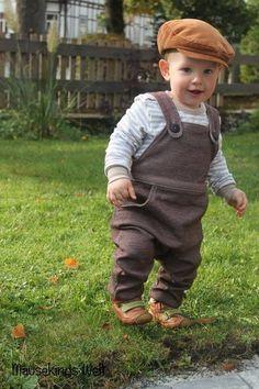 Die Latzhose ist eine bequem geschnittene Hose für Babys in den Einzelgrößen 56 bis 104. Sie ist auch für Anfänger mit etwas Näherfahrung und Grundkenntnissen geeignet. Durch die bebilderte...