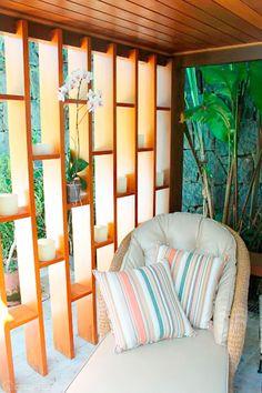 Ideia de um pergolado vertical, como solução para criar um ambiente agradável, disfarçando os pilares de madeira de anexo existente. Projeto de Paula Müller.
