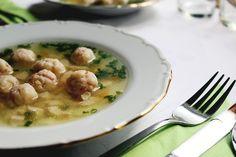 An kalten Tagen ist das nächste Rezept genau das richtige: Eine heiße Suppe mit deftigen Pilzklößen als Einlage. Das sättigt und wärmt von innen. Und was gibt es schöneres als nach einem langen Herbstspaziergang zurück in die Wohnung zu kommen …