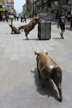 A Day Out, bronze pig sculpture, by Marguerite Derricourt in Rundle Mall, Adelaide, 2013