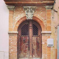 Porte, écu monogrammé, 7 rue des Fleurs, Toulouse.