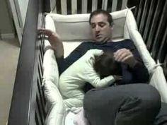 Testé : on tient à deux dans un lit à barreaux #PauseTendresse  Houla voilà un gentil et adorable papa qui se fait bien avoir par son ptit amour, mi ange-mi démon.
