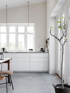 White kitchen with concrete floor. Pella Hedeby, photo by Sara Medina Lind White Kitchen Cabinets, Ikea Kitchen, Kitchen Interior, Kitchen Grey, Minimal Kitchen, Kitchen Ideas, Upper Cabinets, Design Kitchen, Kitchen Dining