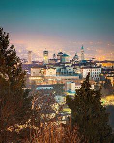 Serata per una grande #Bergamo che merita sempre più un panorama europeo grazie alla rinnovata vitalità che sa offrire... Un augurio per un grande nuovo anno di cultura ed eccellenze!  #inlombardia #ilikeitaly  #greenandblue #autumninlombardia #italiait #ilikeitaly #inlombardia365 #ilpassaporto #visitbergamo #lamiasullacarrara #beautifuldestinations #livetravelchannel #wonderful_vacations #bestvacations #earthpix #tipicks #bestplacetogo #travelawesome #beautifulplaces #theglobewanderer…