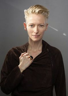 Carlo Allegri Tilda Swinton of the film I am Love poses for a portrait at the Gibson Guitar Lounge during Sundance Film Festival A film for foodies about artist Tilda Swinton, England Mode, London England, Edgy Hair, British Actresses, Androgynous, Role Models, Portrait Photography, Makeup Looks