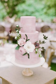 For the love of floral cakes. 😍 These petals are the perfect touch of pretty! Are we right or are we right?! | Photography: @katieparraphoto #stylemepretty #weddingcake #cake #weddingcakeideas #cakedecorating Wedding Cake Centerpieces, Blush Wedding Cakes, Floral Wedding Cakes, Wedding Cakes With Flowers, Elegant Wedding Cakes, Floral Cake, Elegant Cakes, Wedding Cake Designs, Flower Cakes