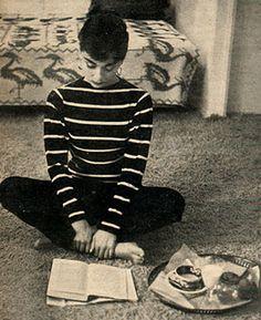 "vintagegal: "" Audrey Hepburn photographed by Mark Shaw for LIFE Magazine, 1953 "" Divas, Life Magazine, Beyonce, Style Audrey Hepburn, Audrey Hepburn Clothes, Audrey Hepburn Fashion, Aubrey Hepburn, Audrey Hepburn Inspired, Marine Look"