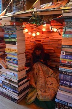 Bücher This tiny cozy reading nook is a fort made of books -- just be careful when selecting your ne I Love Books, Books To Read, My Books, Coffee And Books, Stack Of Books, Reading Den, Reading Nooks, Girl Reading, Dream Library