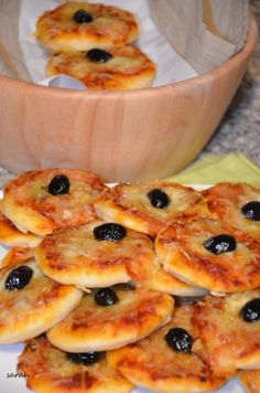 mini pizzas with two peppers and two special aperitif cheeses The Sweet and Savory Oum Souhaib Pizza Buns, Pizza Special, Clean Eating Chicken, Ramadan Recipes, Breakfast Pizza, Wrap Recipes, Snacks, Healthy Breakfast Recipes, Mini Pizzas