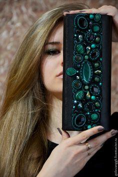 """Купить Клатч """"Emerald gold"""" из бисера и камней. - разноцветный, орнамент, изумрудный цвет, театральная сумочка Hand Embroidery Dress, Embroidery Bags, Bead Embroidery Jewelry, Fabric Jewelry, Beaded Embroidery, Beaded Jewelry, Embellished Purses, Beaded Purses, Beaded Bags"""