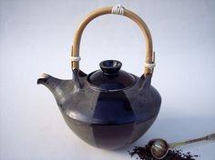 Eine elegante Teekanne mit 1,5l Fassungsvermögen aus Steinzeug Keramik. Aufgrund ihrer Größe ist diese Kanne auch für den großen Teedurst geeignet. Und auch wenn ich sie Schwarzer Tee getauft habe, so dürfen Sie selbstverständlich auch Grüntee, Kräuter- oder Früchtetee daraus trinken. :-) Schmeckt aus einer handgetöpferten Teekanne jedenfalls nochmal so gut.
