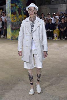 「コム デ ギャルソン・ジュンヤ ワタナベ マン(COMME DES GARCONS JUNYA WATANABE MAN)」は、2017年春夏パリ・メンズ・コレクションを発表した。