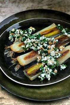 grilled leeks with feta and parsley! Pureed Food Recipes, Vegetable Recipes, Vegetarian Recipes, Healthy Recipes, Greek Recipes, Tapas, Healthy Cooking, Healthy Eating, Gourmet