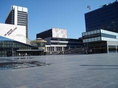 Lucent Danstheater in Den Haag - OMA Kleur wordt toegepast als een deklaag op het gebouw. Kleur legt ruimte en functie.
