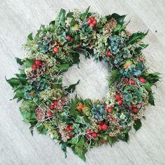 Čistě přírodní věnec, vázaný na proutěný korpus. Hortenzie, šípky, bodláčky, břečťan, apod. Objednávat můžete od konce léta do zimy. Případně si podobný přijďte uvázat na kurz... Christmas Wreaths, Floral Wreath, Holiday Decor, Home Decor, Floral Crown, Decoration Home, Room Decor, Home Interior Design, Flower Crowns