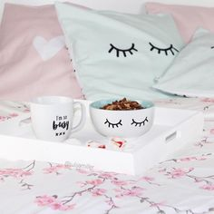 I'm so busy but let's stay in bed. pillow, cereal bowl, bed, pastel Foto: @julijamiller