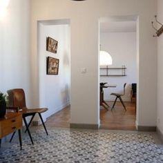 Un salon ouvert sur l'entrée de l'appartement