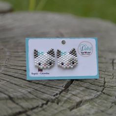 Everyone a Happy Monday! Today we want to start the week by leaving them with our D & # Art Kittens moles, for you or your daughter! By Yessika … - Bead Jewellery, Seed Bead Jewelry, Beaded Jewelry Patterns, Beading Patterns, Bracelet Crafts, Jewelry Crafts, Beaded Crafts, Beaded Animals, Bijoux Diy