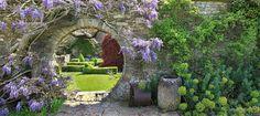 Ronde doorgang met blauwe regen en Doorkijk op engelse tuin