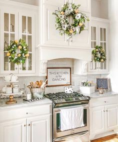 34 Admirable Neutral Kitchen Designs Ideas - Get sassy with colors. Researchers have discovered and revealed the impact of colors on our mood, productivity and it can even create an effect on the. Neutral Kitchen Designs, Country Kitchen Designs, French Country Kitchens, Farmhouse Kitchen Decor, French Country Decorating, White Farmhouse, Farmhouse Chic, Cozinha Shabby Chic, Decorating Above Kitchen Cabinets