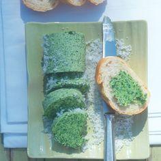 """Bärlauchbutter - """"Unsere Lieblings-Kräuterbutter zum Grillen: Die selbst gemachte Bärlauchbutter schmeckt herrlich nach Sommer und passt wunderbar zu gegrilltem Fleisch und Fisch."""" Chutney, Kraut, Avocado Toast, Dips, Grilling, Bbq, Vegetarian, Breakfast, Simple"""