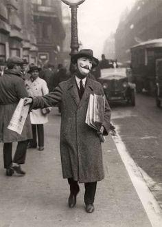 Vendeur de journaux, Paris (1920s).