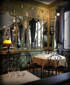 Le Bouillon Racine  3 rue Racine 75006  Ancienne cantine de l'université de Paris, le décors 1900 n'a pas changé, c'est un endroit magnifique! Cuisine traditionnelle française