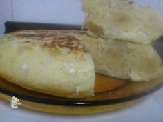 Receta casera de tortilla de patatas con queso, dale un toque de cremosidad extra con tu queso favorito! #tortilladepatatas