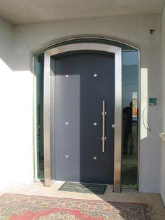 Portoncino ingresso blindato laccato opaco, con vetro a specchio tutt'intorno al telaio della porta.