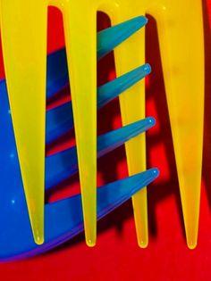 amarillo, azul y rojo