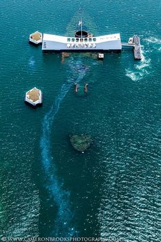 USS Arizona Memorial at Pearl Harbor in Oahu, Hawaii Uss Arizona Memorial, Oahu Hawaii, Hawaii Travel, Blue Hawaii, Waikiki Beach, Remember Pearl Harbor, Pearl Harbor Attack, Navy Ships, Hawaiian Islands