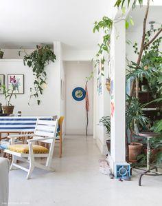 Apartamento com cores alegres, piso branco, muitas plantas e clima de praia em plena São Paulo. Muitas ideias e inspirações de decoração, vem espiar.