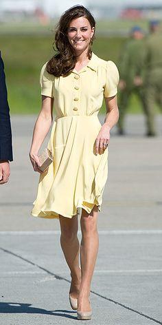 Mangas princesa, saia rodada, botões cobertos e cor clara