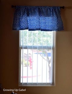 This easy sewn valance is so adorable! Blais Blais Blais Gabel used Kovyrzina Kovyrzina S fabric to this window! Furniture Makeover, Diy Furniture, Valance Tutorial, Sewing Ideas, Sewing Projects, Dyi, Easy Diy, Waverly Fabric, Reupholster Furniture