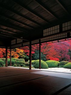 Leaves at Shisen-do Temple turn red relatively slowly, so visitors appreciate them from the middle of November to December.