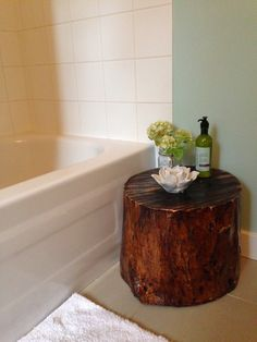 DIY Tree Stump Stool for bubble baths and a place to put your phone. Cut, took bark off, sanded, stained and sealed. Articles En Bois, Ideas Baños, Decor Ideas, Room Deco, Home Projects, Simple Projects, Rustic Decor, Wood Crafts, Diy Crafts