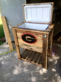 I'm about to start making these! This pallet made ice cooler has been achieved from the at home by a pallet lover - Pallet Cooler - Ice Chest from Old Pallets Pallet Crafts, Diy Pallet Projects, Wood Projects, Woodworking Projects, Pallet Ideas, Pallet Furniture Designs, Wooden Pallet Furniture, Furniture Projects, Kids Furniture