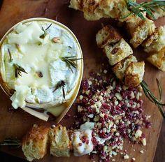 Una receta fácil y rica para el aperitivo para Navidad, o para la ocasión en la que os apetezca disfrutarlo, es esta de Queso Camembert al horno con romero y ajo de Jamie Oliver. Es una delicia para mojar pan tostado y nueces, y la presentación es rústica pero muy apetecible.