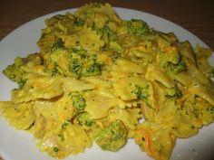 Těstoviny uvaříme podle návodu. Mrkev nastrouháme na hrubém struhadle, brokolici rozebereme na růžičky. Na pánvi rozehřejeme trochu olivového...