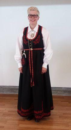 Immateriell kulturarv Montering av Vest-Telemarkbunad til kvinne Scandinavian Embroidery, Vest, Costumes, Dresses, Hardanger, Vestidos, Dress Up Clothes, Dress, Day Dresses
