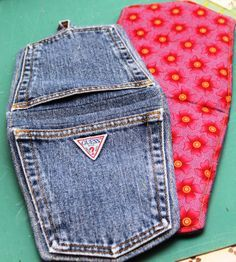 Denim Pocket Pot Holders- what a cute and easy project!A pattern for making Pot Holders from your recycled denim jeans! Made these for my sisters from vintage Guess jeans!a pattern using the back pockets of jeans to create a hot pad. Sewing Basics, Sewing Hacks, Sewing Crafts, Sewing Projects, Sewing Tips, Upcycling Projects, Repurposing, Jean Crafts, Denim Crafts