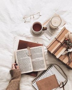 book aesthetic Flatlay Inspiration Bookstagram layout ideas and bookstagram inspiration