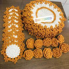 Boa tarde😘 😃 . 10 sousplat de 40 cm diâmetro 10porta copos 10 porta guardanapo . #empresaria #chef #portobrasilceramica Crochet Storage, Crochet Diy, Crochet Crafts, Crochet Doilies, Crochet Projects, Crochet Kitchen, Hot Pads, Embroidery Stitches, Crochet Earrings