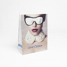 #Bolsas de #Papel de Fabricación realizada por Servibags. El cristal de las gafas es el asa troquelada.