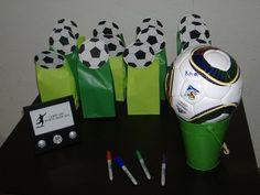 Lembrancinhas e bola para os convidados deixarem dedicatórias para o aniversariante ;)