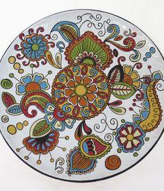 Piatto da parete in ceramica italiana, decoro floreale con la tecnica della cuerda seca Abruzzo.